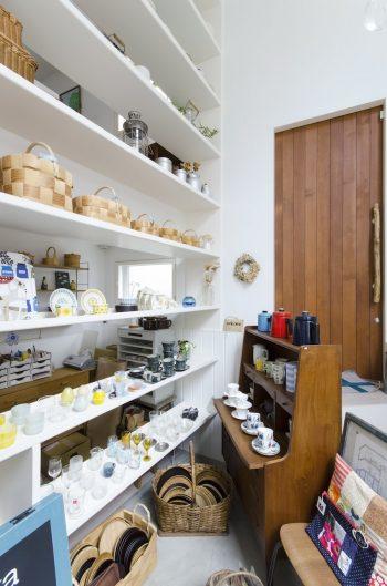 吹抜けには大きな白い棚が設けられている。棚の奥がお店のバックスペース。