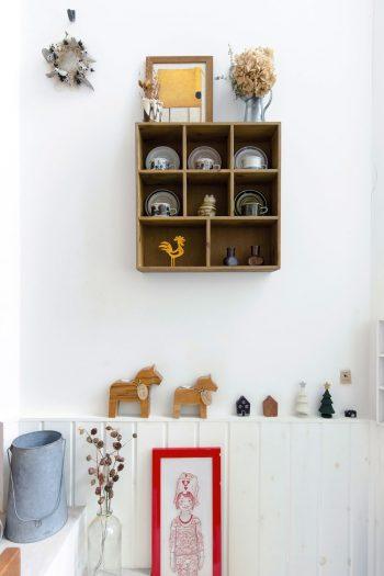入口を入って左側の壁に掛けられた棚にはフィンランドのアラビア社のヴィンテージ物のカップ&ソーサー。
