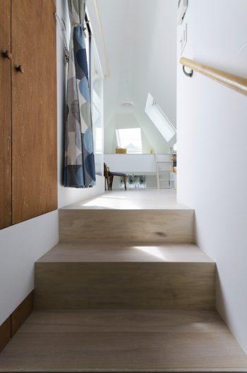 階段途中から3階を見る。