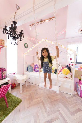 プリンセス気分が高まるキュートな想南ちゃんのお部屋。お部屋にブランコなんて素敵すぎる。床はヘリンボーン。