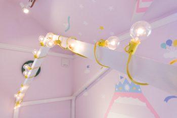 IKEAのベッドの上の、三角の屋根の部分はDIYで。そこに電球を巻きつけて、プリンセスのベッドのできあがり。