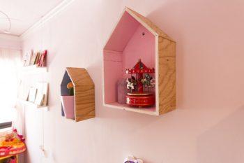 三角のおうちの形に合板をカット。中にペイントをして壁につければ、キュートな飾り棚に。
