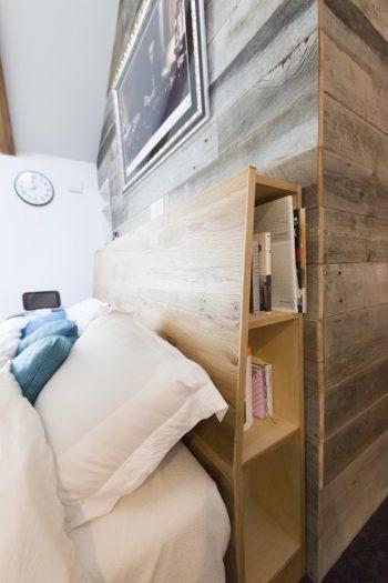 ベッドのヘッドボードもオリジナル。読みかけの本などを入れておくことができる。