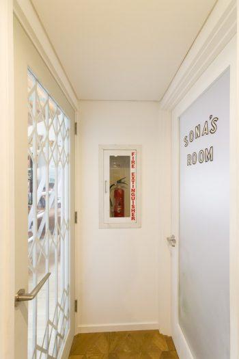 想南ちゃんのお部屋の入り口のドアはステッカーチューン。消化器のケースはアンティークのもの。左が書斎の入り口。