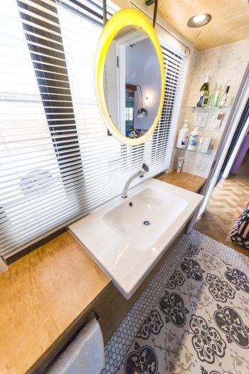 もともと出窓だった場所を洗面スペースに。鏡と洗面ボウルはIKEAで買ったもの。大理石とタイルのコンビで貼った床が美しい。