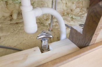 これが吹付け発泡タイプの断熱材、アイシネン。「断熱性がとても高く、吹付けはリノベーションに最適な工法です」