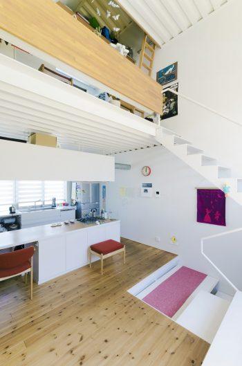 DKの上には子ども部屋、さらにその上部にロフトが設けられている。