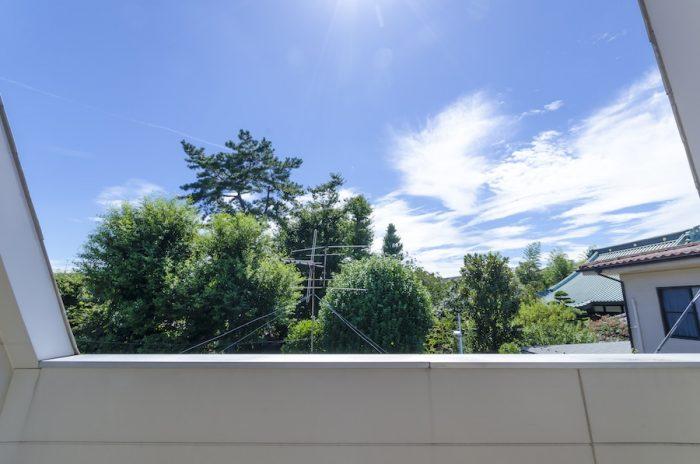 お寺の敷地に立つ木々が間近に感じられ、かつ、空も遮ることなく見ることができて気持ちの良いベランダ。