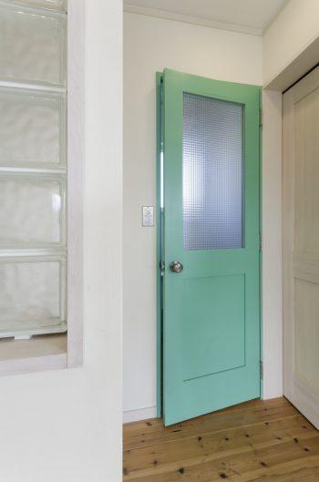 ドアに色を塗り部屋の中のアクセントに。ちょっとしたこだわりで、オリジナルの空間をカスタマイズ。