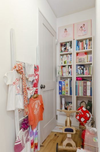 2階の子供部屋前の廊下には、造り付けの本棚が。