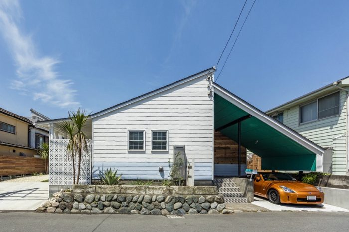 三角屋根と玄関ポーチを覆う大きな屋根など、もともとの美しい家の形はそのまま生かした。