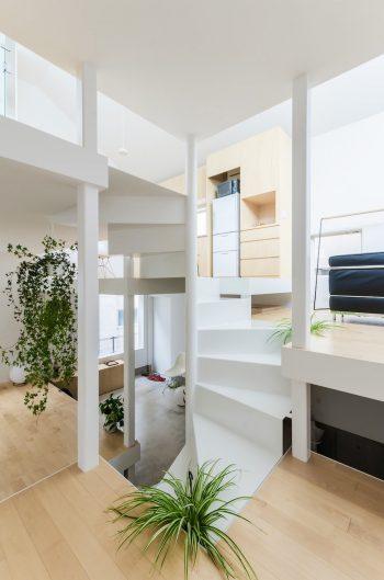 寝室スペースから階段を見る。移動するごとにどんどん見え方が変わる階段の佇まいが面白い。