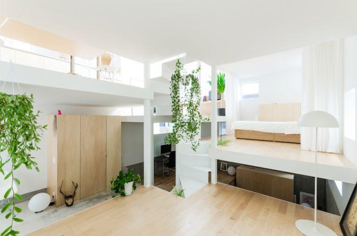 玄関からひとつ上のレベルから右に寝室を見る。下レベルの正面奥は仕事のできるスペースになっている。