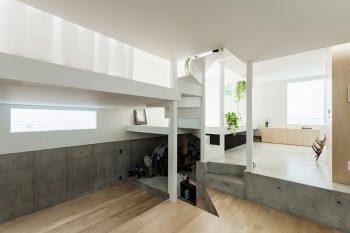 玄関より下の部分も開口を取って暗くならないようにしている。奥のスペースは収納に使われている。