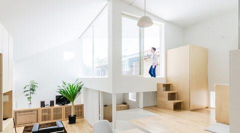 旗竿敷地につくられた快適空間階段を軸にしてフロアが少しずつ旋回・上昇する家