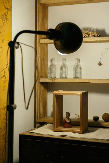 お母様の嫁入り道具である桐箪笥を譲り受けて飾り棚に。沢田英男さんの彫刻作品を、箱型水中眼鏡と組み合わせてディスプレイ。