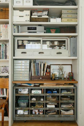 「アローズ」に依頼したリビングの壁面収納。フランス製の古い道具入れ(写真下)などが収まる。引き戸を締めればすっきり。