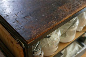 特注の作業台は、オーブンの天板を熱いまま載せられる丈夫さが頼もしい。下部にはパンづくりの材料を収納。