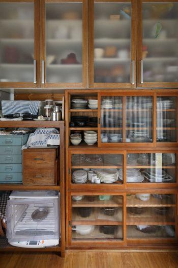 食器棚(写真右下)は、益子の「仁平古家具店」で購入。システムキッチンの戸棚を外して数センチ上に付け直したら、空いたスペースに驚くほどぴったり食器棚が収まった。