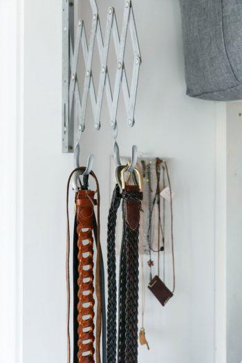 古道具を活用して、クローゼットのベルト掛けに。元々何に使うものかわからないが、「ベルト掛けに使える!」とひらめいて購入。