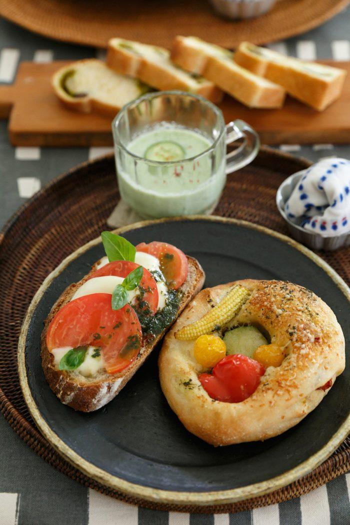 三木さんがつくってくださった色鮮やかなランチ。夏野菜のフォカッチャ、トマトとチーズのバケット、抹茶と甘納豆のパン、キュウリとヨーグルトのスープ。レッスンの時はパンとスープとサラダを一緒につくり、みんなで食べる。