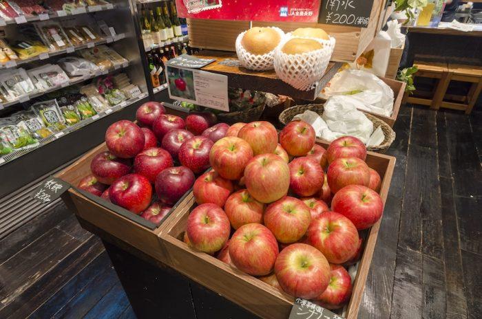 今はりんごの収穫シーズン。店頭には個性豊かな品種が並ぶ。暗紅色の「秋映」は酸味、甘みのバランスがいい品種。「シナノイースト」は果汁が多く、ほどよい甘さと少ない酸味が特徴だ。