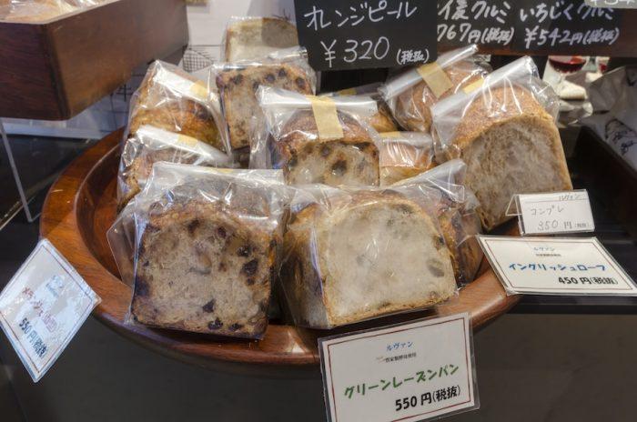 上田市にも店を構える人気のパン屋「ルヴァン」のパンは水・金曜限定で入荷。契約農家から仕入れた国産小麦を石臼で挽いた全粒粉と自家製酵母を使って焼き上げたパンは滋味深く、食べごたえ十分。