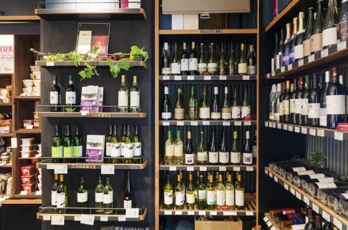 信州の清らかな水、澄んだ空気によって育まれた葡萄を使った信州ワインは海外のコンクールでも高評価を得る。ここでは「長野県原産地呼称管理制度」に認定されたワインが並ぶ。