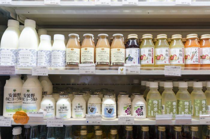 雄大な自然に囲まれた長野県は酪農業も盛ん。東御市の永井農場は搾りたての牛乳で作った「飲むヨーグルト」が人気。ほんのりとした甘さが特徴で酸っぱすぎないのも特徴。「安曇野ワイナリー」で作られる「のむヨーグルト」はまろやかな口当たりが特徴。