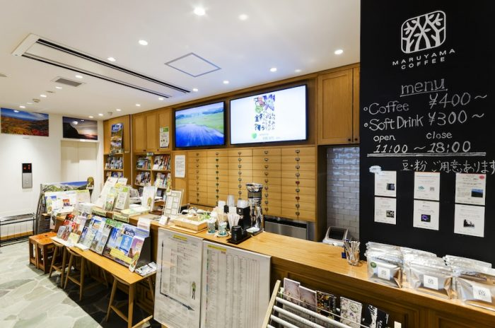 軽井沢発「丸山珈琲」のコーヒースタンド(11時〜18時)。銀座NAGANOオリジナルの「GINZA de NAGANOブレンド」はプラム、グリーンアップルの華やかな香りがひきたつ爽やかな味わい。豆、粉の販売も行う。