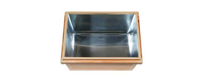 内側は亜鉛板。隙間なく貼ることで外部からの湿気や虫の侵入を防いでくれる。