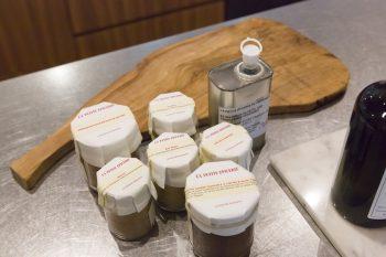 優子さんお気に入り、「LA PETITE EPICERIE」の調味料とカッティングボード。自宅で料理教室を開くことも。