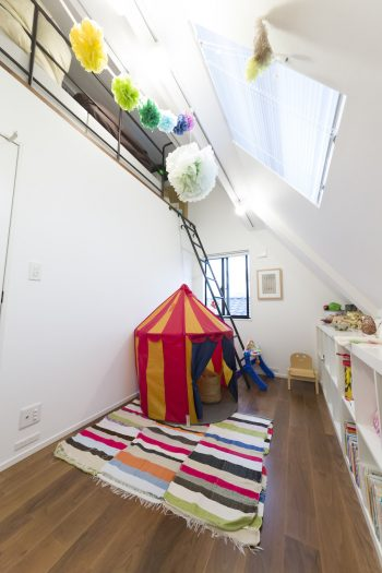 ベッドルームの向こうはロフトのある子供部屋。勾配のある天井が秘密基地のような雰囲気。