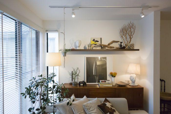 「室内には植物を欠かしません」。アンティークキャビネットの上は、現在、杉本博司氏のポスターを中心にコーディネート。