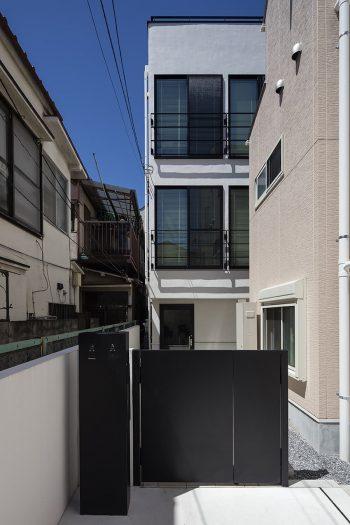 白を基調に、黒の窓枠などでメリハリを効かせたファサード。(PHOTO下村廉典)