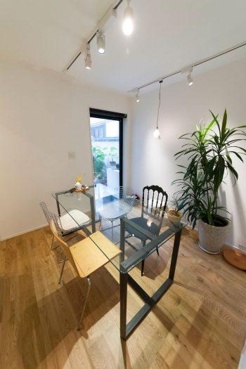 哲さんが代表を務める「Tender」(http://tender-inc.com/about/)の打ち合わせスペース。椅子、照明などは商品サンプルの役割も。