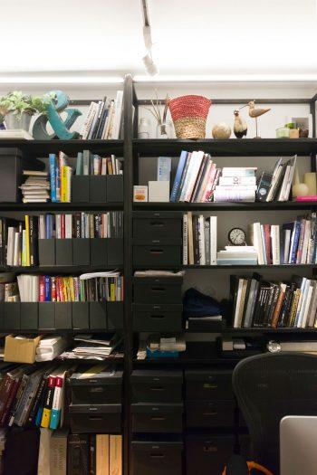 事務所の作業スペース。黒で統一感を持たせている。1段低くなっていて、落ち着ける雰囲気。