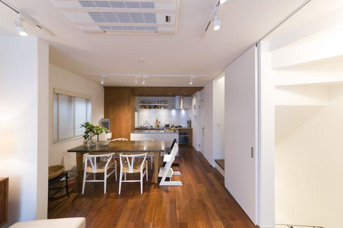 リビングからキッチン方面を見る。構造上必要な壁はパーテーションの役割も果たしている。