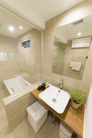 洗面台は棚などを設けずシンプルに。ガラス張りなので、入浴中も子どもの様子が伺えるのがよいとか。