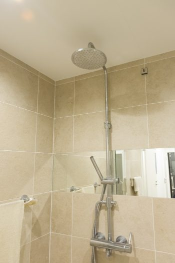 レインシャワーで贅沢に。バスルームはゆっくりと時間が過ごせるよう、特にこだわった。