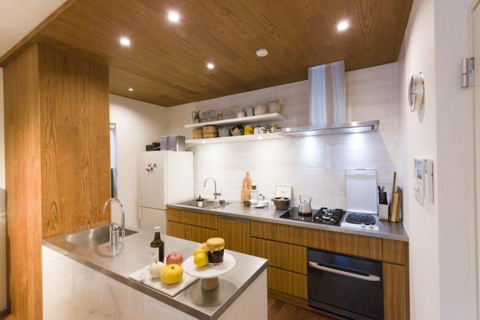 間接照明が美しいキッチン。シンクは2カ所に。広々として使いやすい。
