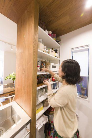 構造の壁を活かして棚を設け、パントリー代わりに。必要なものが集約されていて使いやすいとか。