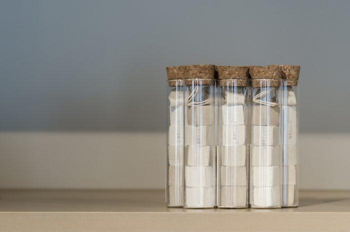 吉野「TSUJIMURA」の葛菓子。5種類の砂糖を使って一つずつ違う味わいを表現。端整なルックスは贈り物にも最適。