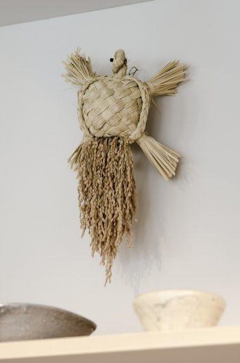 石村さんの私物という亀のお守りが壁に鎮座。手前にあるのはイ・キジョと岩田圭介の陶器作品。
