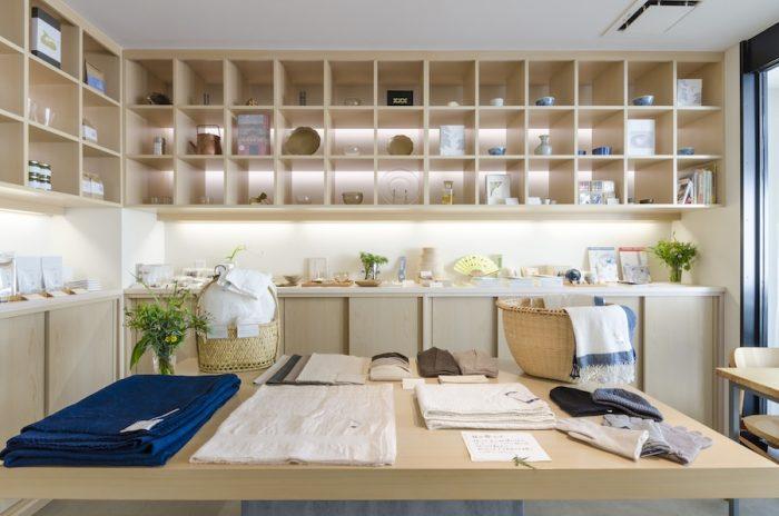 天然素材の糸を組み合わせて、機を織り、現代の暮らしにあった作品を数多く発表している土屋美恵子さん。ティッシュケースなどの小物からストールやショールなどが並ぶ。