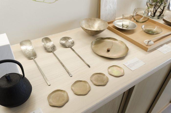 鍛金という伝統技法で金工作品を発表している中村友美さんの作品。ひとつずつ手作業で作られているため、表情の違いが選ぶ楽しみを広げてくれる。