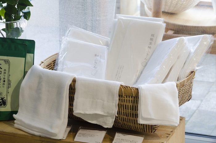 蚊帳の生産日本一の奈良県。「LIVRER」では蚊帳の布地を使用したカーテンやふきんなどさまざまなアイテムを取り扱っている。粗目の織物は通気性に優れて丈夫。速乾性もいい。