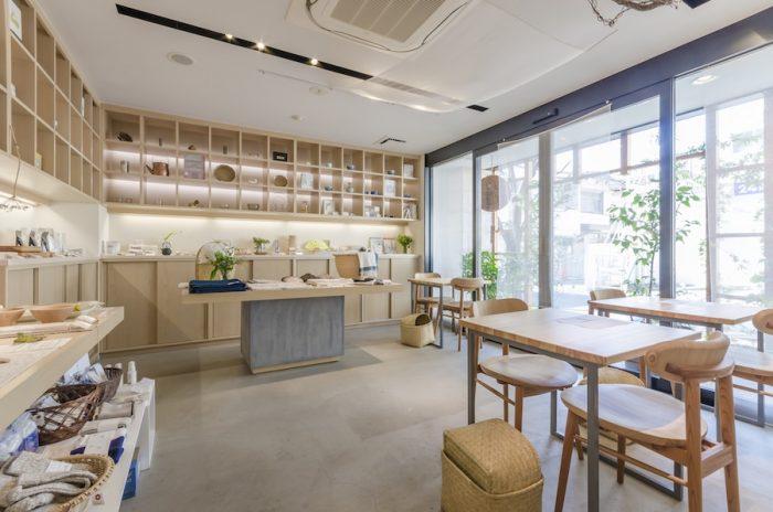 カフェのスペースは3席。吉野杉を使った上質なテーブルセットはずっと座っていたくなるような心地の良さ。ドリンクはテイクアウトも可能。