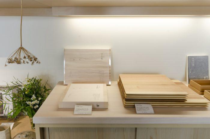 右は吉野杉で作られた板膳で、カフェでも使用している。十津川村の職人と制作したもので、持ち運びしやすいよう縁を丁寧にカットしている。左はオリジナルのまな板。分厚く、かぼちゃや大根などを切っても安定感のある作り。水に強く、抗菌作用のあるヒノキ製。