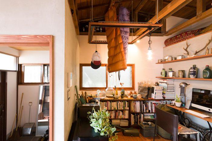 照明用のダクトレールを四角くつなげ、天井から下げるアイディアは近藤さんが考案。「照明以外にもいろいろなものを下げて楽しむ予定です」。真ん中から寝袋がふたつ下がっているのもおもしろい。